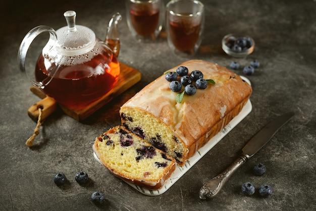 レモン釉薬でブルーベリーとおいしい自家製ケーキ。自家製のベーキング。 Premium写真
