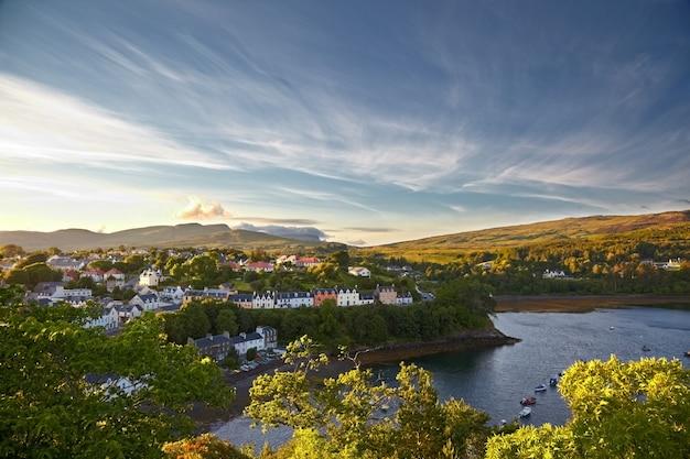 ポートリー、スカイ島、スコットランドのビュー Premium写真