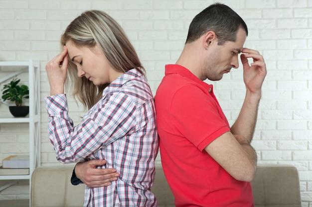 喧嘩の後背中合わせに立っている男女。絶縁コンセプト Premium写真