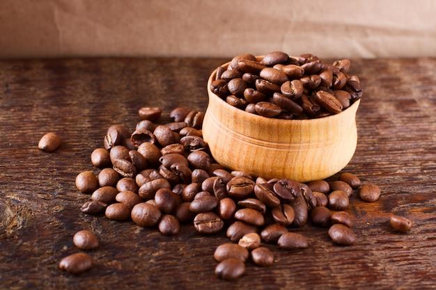 Кофейные зерна на текстуру дерева Premium Фотографии