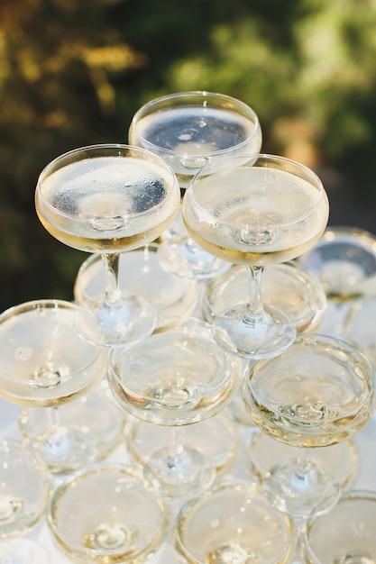 Красивая горка с шампанским на банкет Premium Фотографии