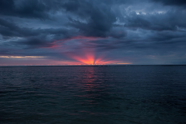 Воздушная панорамный вид на закат над океаном. Premium Фотографии