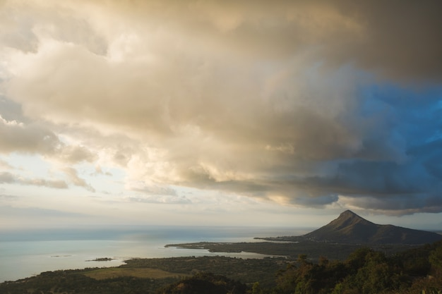 Красивый вид на океан, горы и облака. остров маврикий. Premium Фотографии