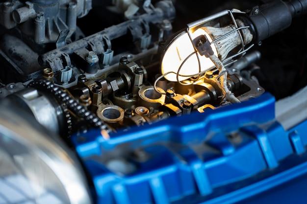 Мастер, автомеханик ремонтирует двигатель автомобиля на сто Premium Фотографии