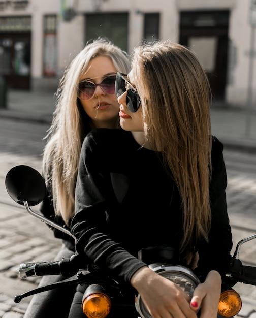 スクーターで陽気な少女 Premium写真