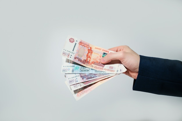Российские банкноты рубли в руки Premium Фотографии