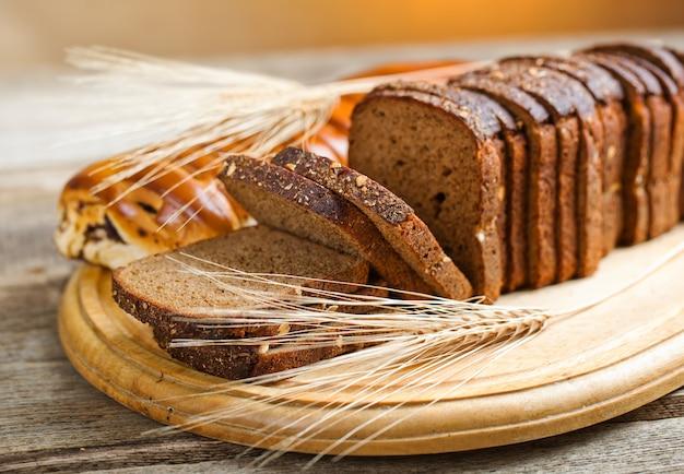 Хлеб в составе с кухонными принадлежностями на столе Premium Фотографии
