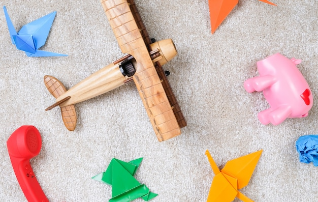 Детские игрушки на полу. ребенок играл на ковре. Premium Фотографии