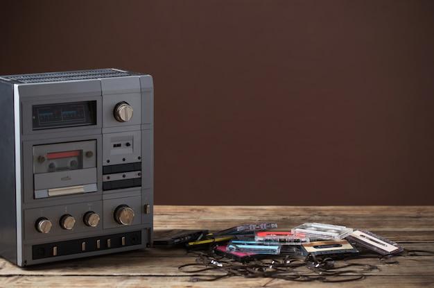 古いテープレコーダーと木製のテーブルのカセット Premium写真