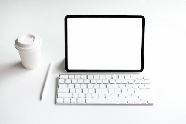 テーブルの上に空白のタブレット画面があなたの製品を宣伝するためにモックアップします。情報への容易なアクセスのための未来および傾向インターネットの概念。 Premium写真