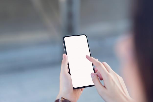 スマートフォンの空白の画面を持っている手 Premium写真