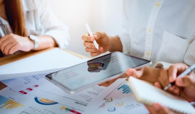 チームワークブレーンストーミング会議と職場の新しいスタートアッププロジェクト Premium写真