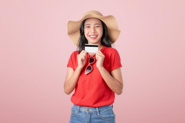 クレジットカード支払いを保持している美しいアジアの女性の良い肌 Premium写真