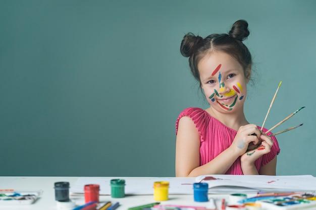 美しい子を描いて笑う Premium写真
