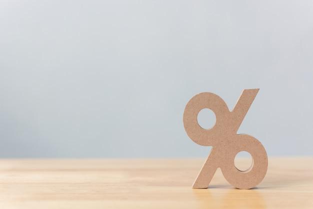 Значок символа знака процента деревянный на деревянном столе с белой предпосылкой Premium Фотографии