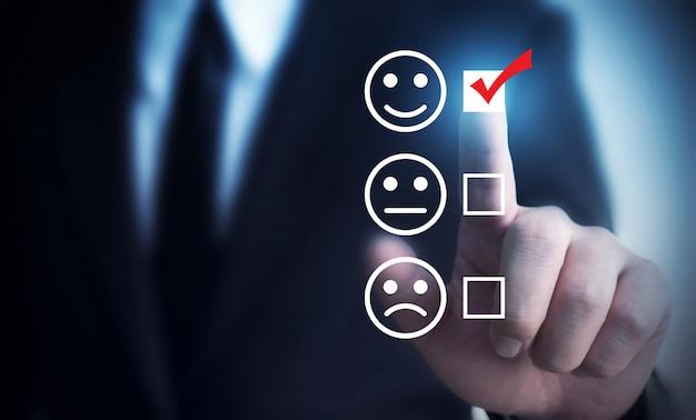 ビジネスマンはスコア幸せなアイコンを評価することを選択します。 Premium写真