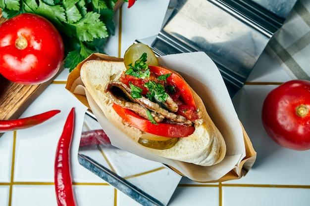 おいしい屋台の食べ物-トマト、キュウリ、子牛のステーキ、白いテーブルの上でピタ。ギリシャ料理。見る。 Premium写真