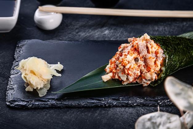 うなぎとトビコのキャビア添えのおいしい手巻き寿司のクローズアップ Premium写真