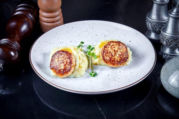 モダンな料理。白い皿にマイクログリーンのマッシュポテトにトルコからレストランサービングカツレツのビューを閉じます。健康食品のコンセプトです。グリルされた肉。バーガー。フラットレイ Premium写真