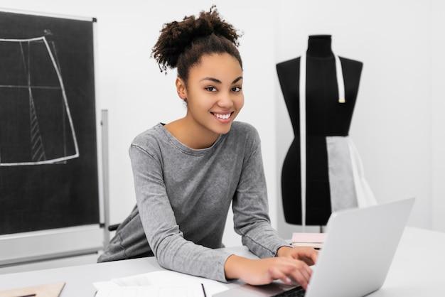 自宅で働いて美しいアフリカ系アメリカ人デザイナーの肖像画。成功するビジネスコンセプト Premium写真