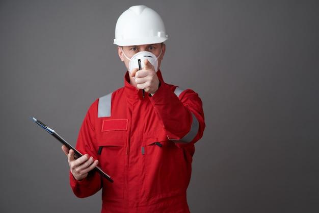 男エンジニア、フェイスマスクを身に着けている建設労働者 Premium写真