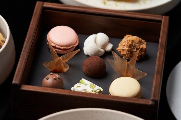甘いクッキーのスナック、ケーキスライス、テーブルの上のチョコレート菓子、クローズアップ Premium写真
