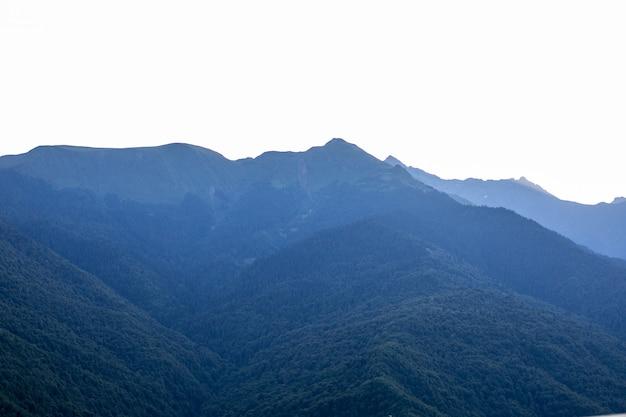 Прекрасный рассвет в утреннем ясном небе с лучами и силуэт горы Premium Фотографии