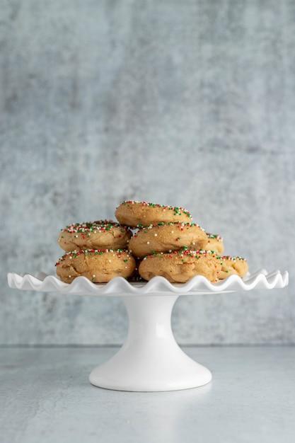 Рождественские праздничные пончики на подставке для торта Бесплатные Фотографии
