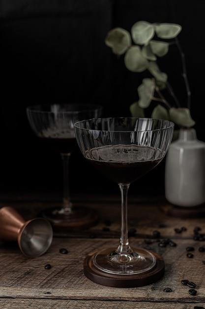 Прозрачный бокал на коричневый деревянный стол Бесплатные Фотографии