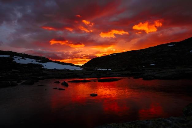 山の湖、夕暮れ時のノルウェーの風景 Premium写真