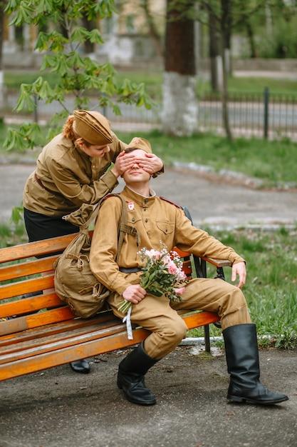 Женщина и солдат в советской военной форме Premium Фотографии