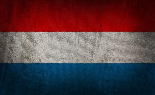 暗いテクスチャ背景にオランダの旗 Premium写真