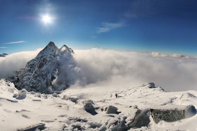 高タトラ山脈のリシー山の頂上に登るアルピニスト。スロバキア。ポーランド。高タトラ Premium写真