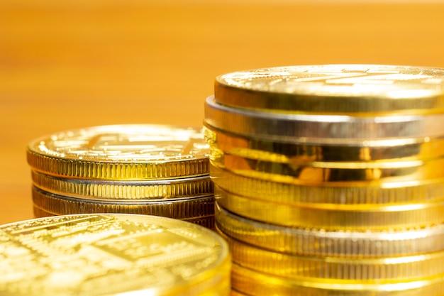 行、コインのスタック、クローズアップビューと空白の選択的なフォーカス 無料写真