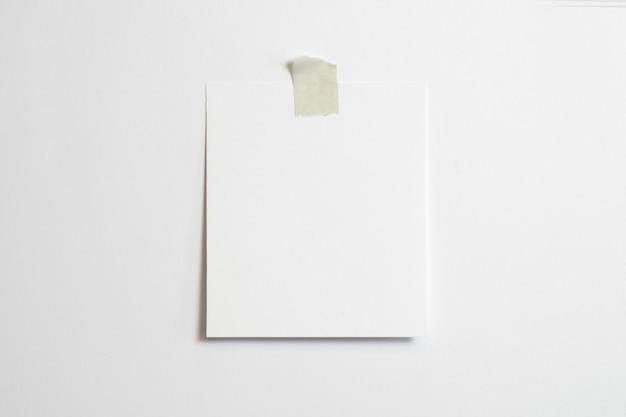 Пустая рамка для фотографий с мягкими тенями и скотчем на белом фоне Бесплатные Фотографии