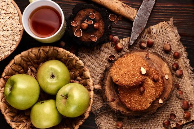 Домашнее овсяное печенье с фундуком на деревянном фоне Premium Фотографии