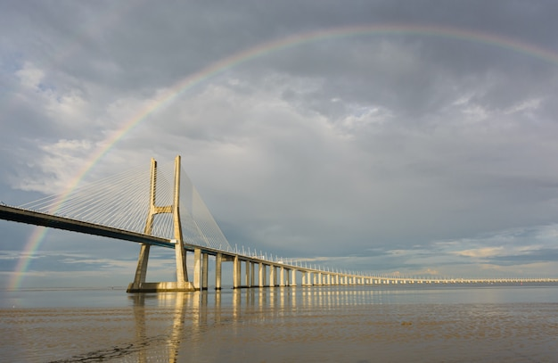 Подвесной мост под радугой Premium Фотографии