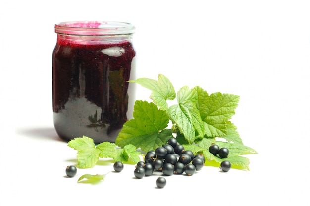 健康を与えるビタミン、白い背景に黒スグリ Premium写真