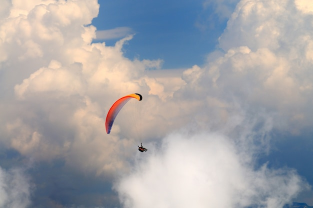Парашютист летит над горами Premium Фотографии