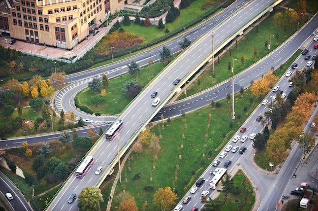 夕暮れ時の高速道路道路ジャンクションの上からの眺め。交差する高速道路の陸橋。イスタンブール Premium写真