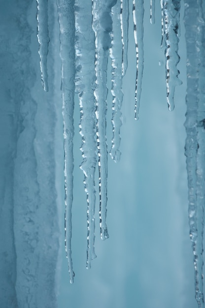 冬の青と白の色の氷で凍った滝 Premium写真