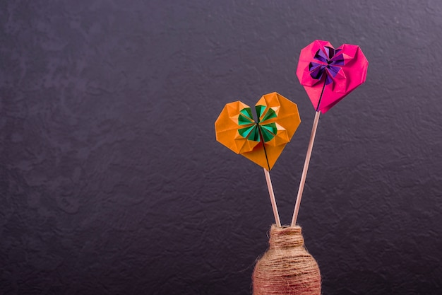 愛の手作りのペーパークラフト折り紙の概念は、スタジオのバレンタインの日に色紙の心のクローズアップショットを作った Premium写真