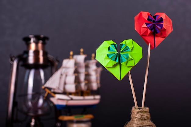 バレンタインの日カードのコンセプト手作りのペーパークラフト折り紙細工色紙ハートクローズアップスタジオで撮影 Premium写真