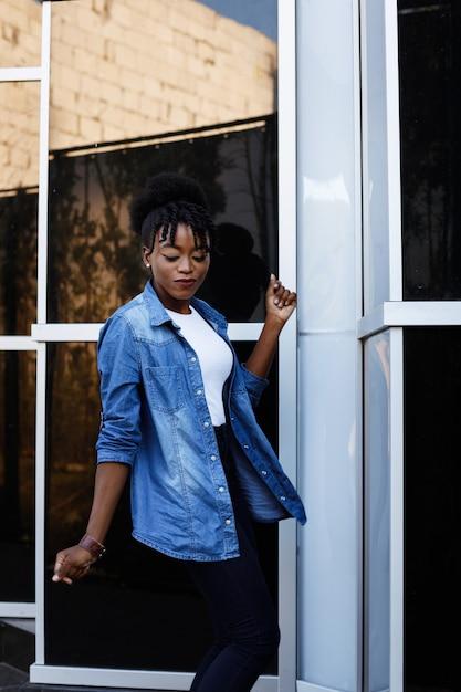 幸せな黒肌の女の子が音楽に移動します Premium写真