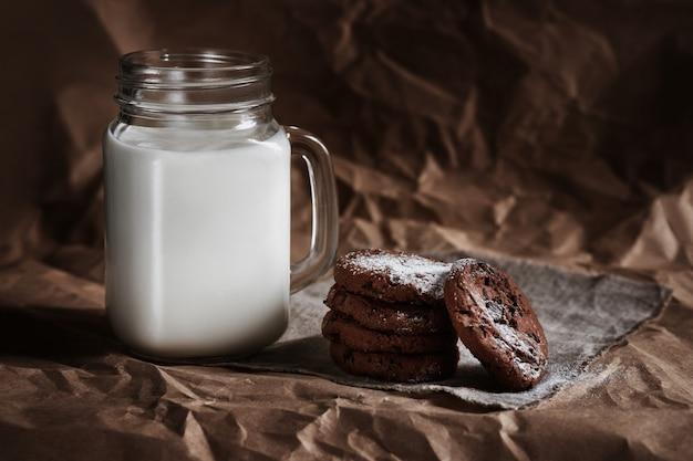 チョコレートチップクッキーと牛乳のガラス。自家製のベーキング。料理 Premium写真