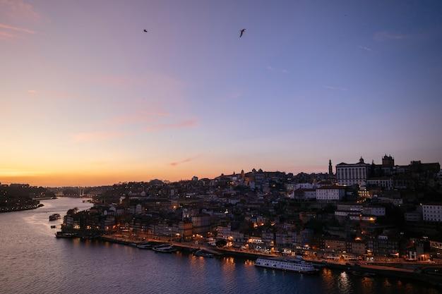 Ночная точка зрения реки дору с лодки. европейский ориентир образ жизни путешествий. Premium Фотографии