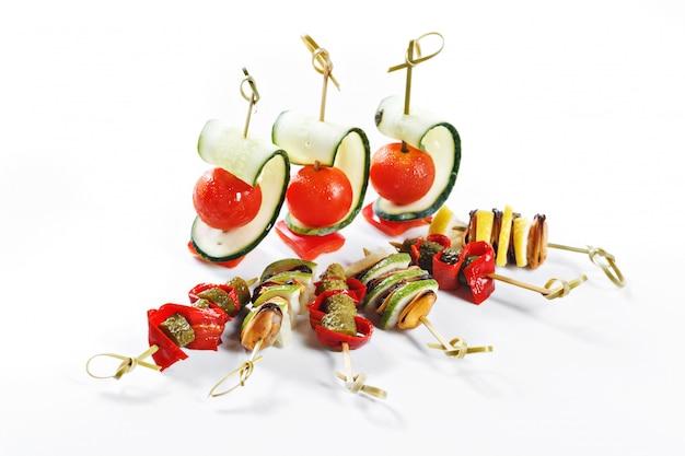 Хороший набор канапе для одного человека с овощами, сыром, фруктами, ягодами, салями, морепродуктами, мясом и украшениями Premium Фотографии