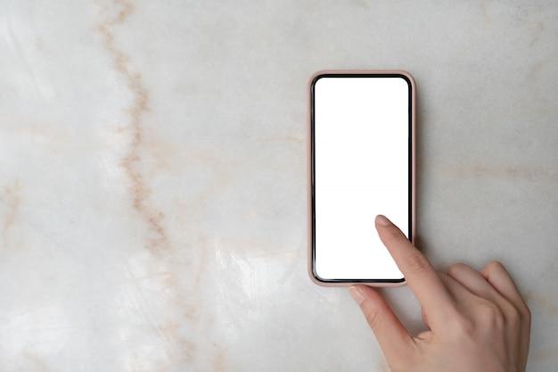 Смартфон на фоне деревянный стол с копией пространства Premium Фотографии