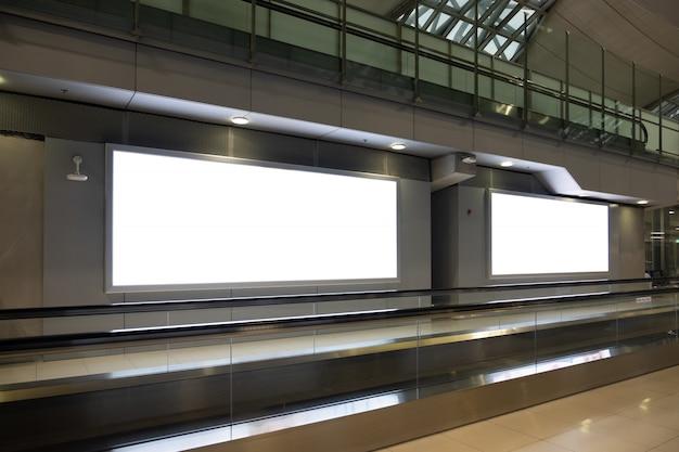 空港で空白の広告看板。 Premium写真
