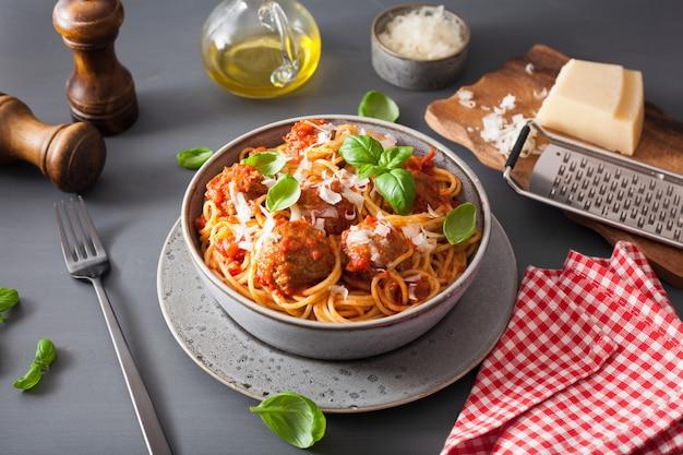 Спагетти с фрикадельками и томатным соусом, итальянская паста Premium Фотографии